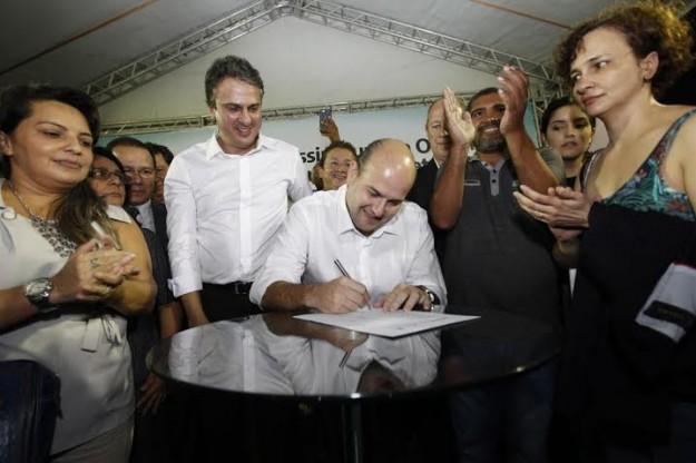 Camilo e Roberto Claudio assinam ordem de serviço para Projeto Dendê