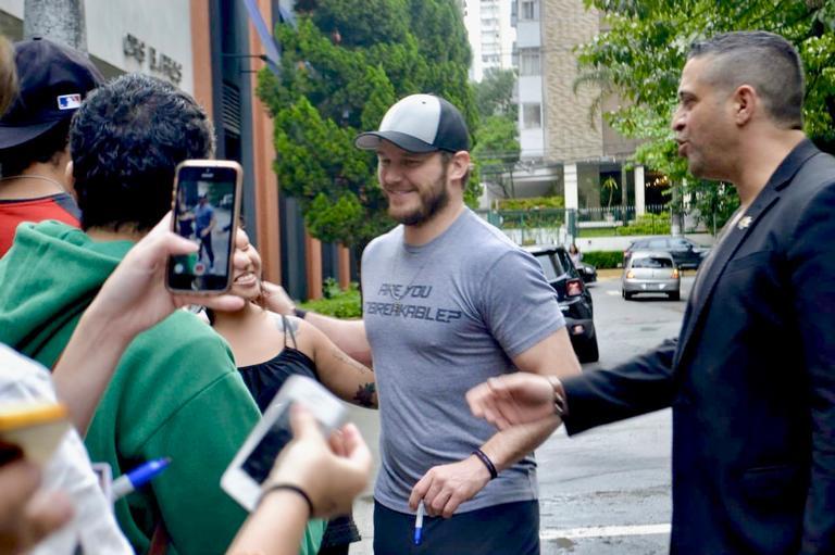 Chris Pratt faz a alegria dos fãs na porta de hotel