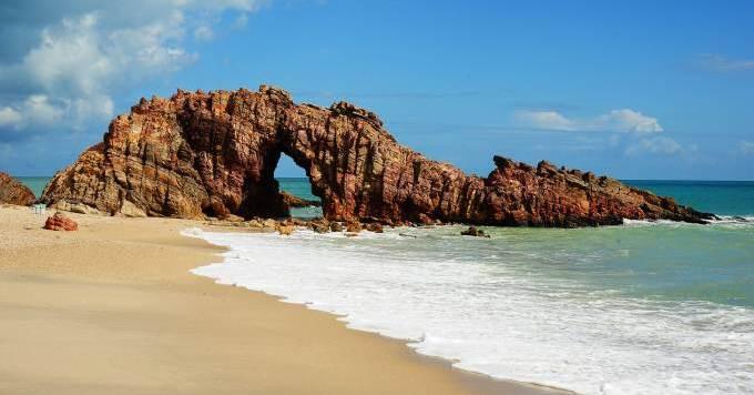 pedra-furada-uma-das-principais-atraccca7occ83es-em-jericoacoara-cearacc81-2